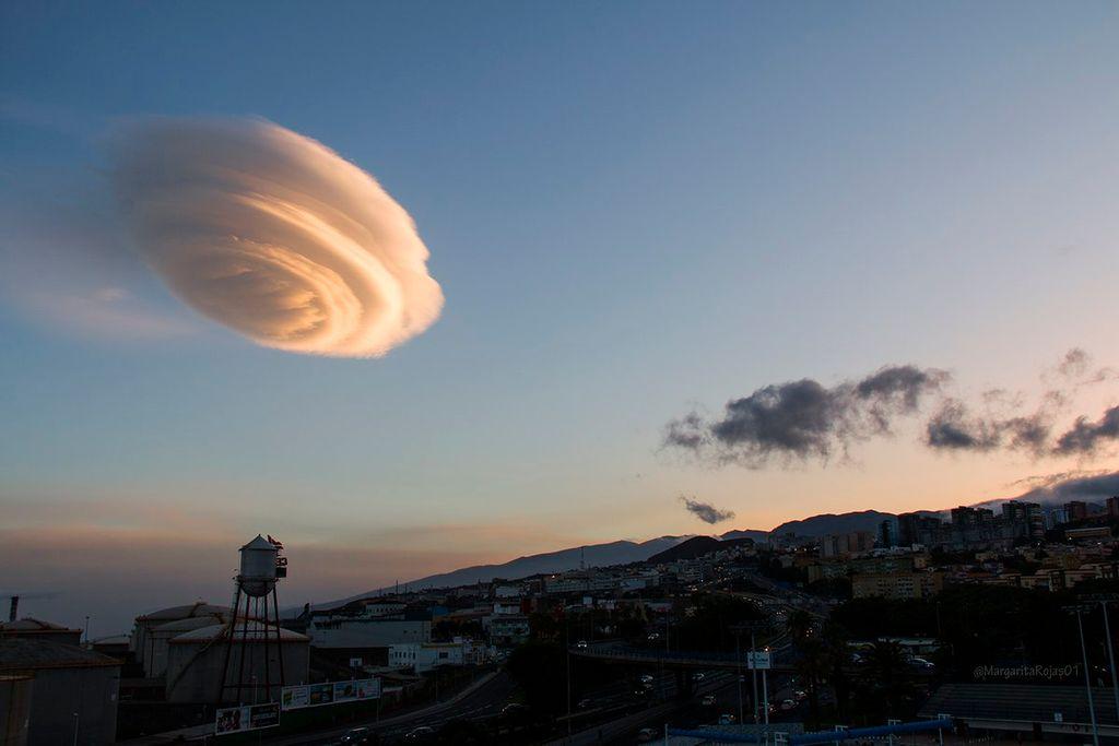 Nube con forma de OVNI sobre Tenerife