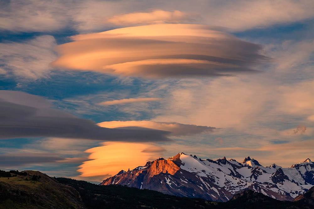 Nube con forma de OVNI sobrevolando montañas