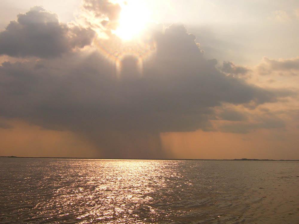 Gran nube con forma de ángel al atadecer