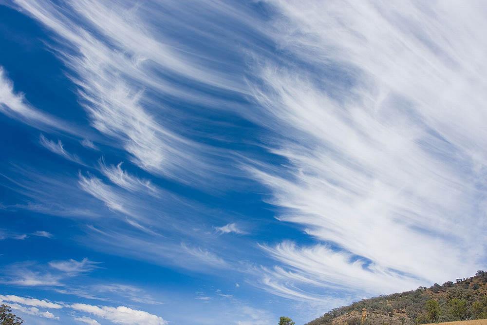 Nubes con formas de plumas indias