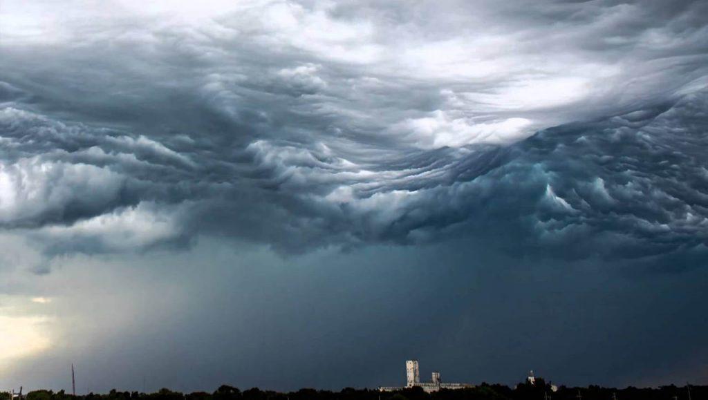 Oleaje tormentoso con forma de nubes