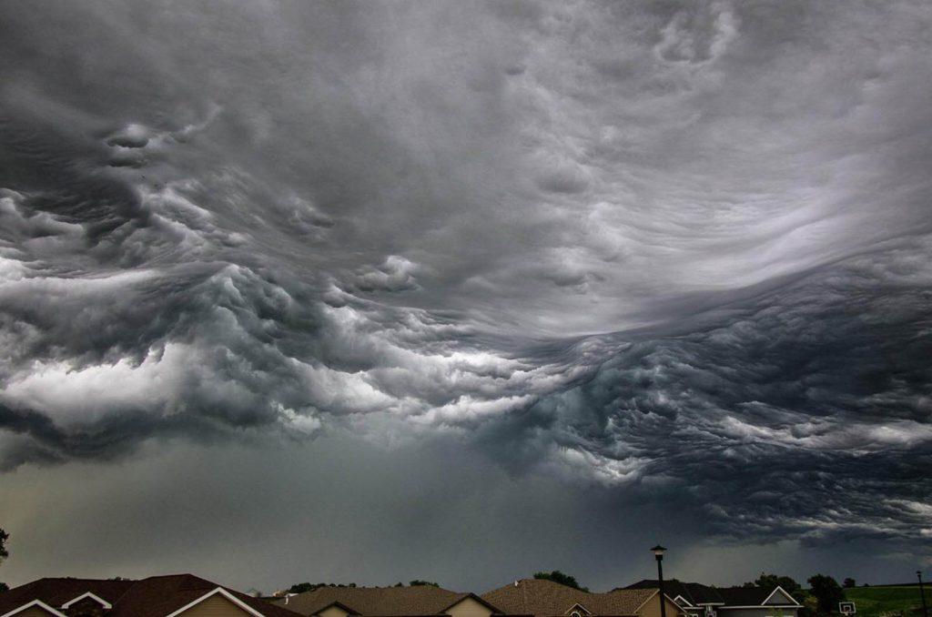 Nubes con forma de oleaje tormentoso