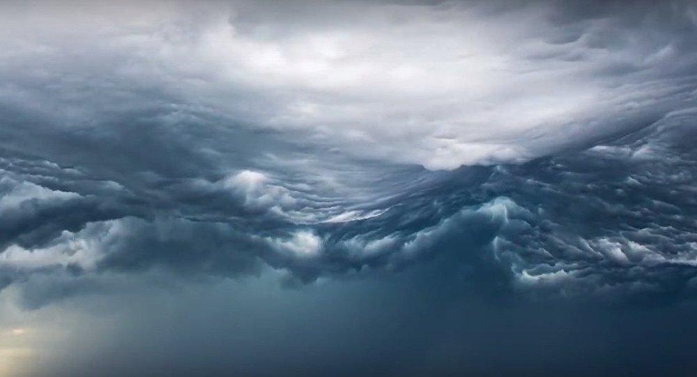 Nubes con forma de olas de tormenta